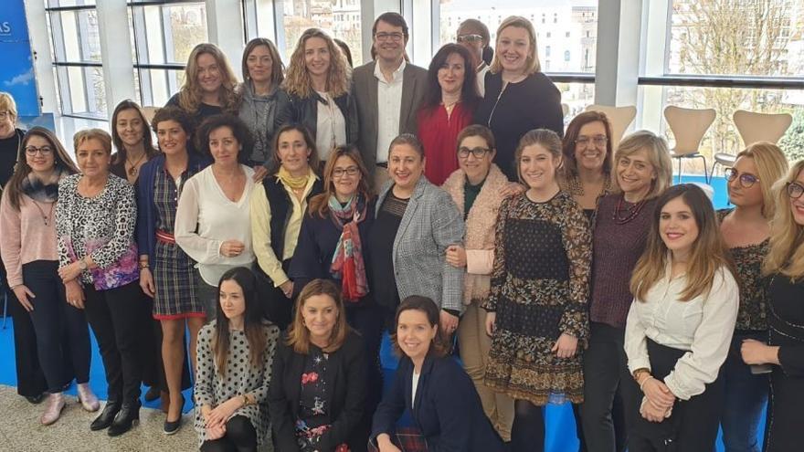 Alfonso Fernández Mañueco junto a las mujeres del PP de Castilla y León en la presentación de las medidas para la igualdad.