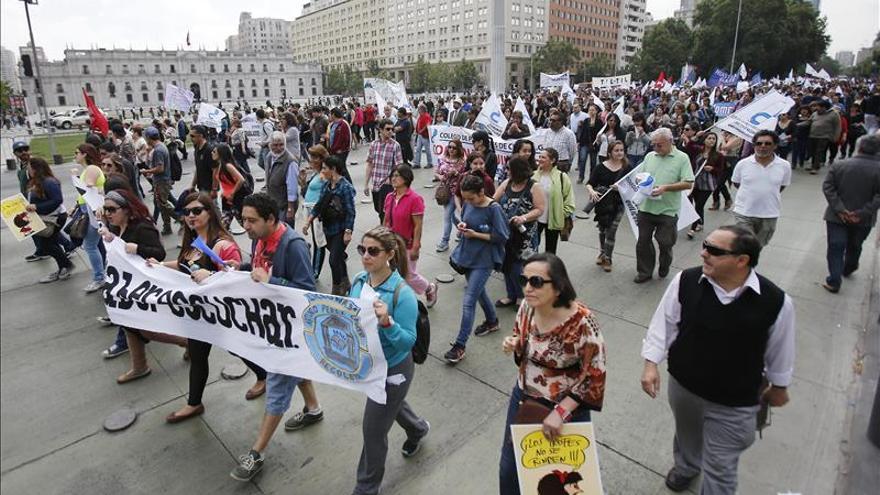 Profesores chilenos comienzan huelga de 48 horas para pedir mejoras laborales