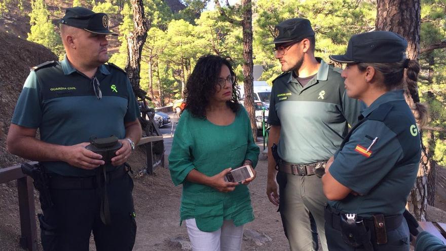 Nieves Rosa Arroyo con mandos de la Guardia Civil.