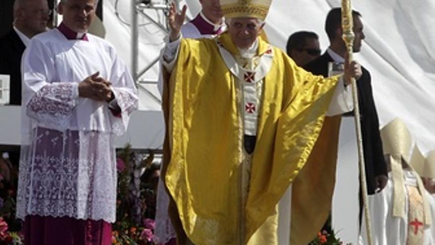 El Papa Benedicto XVI Saluda Durante La JMJ En Cuatro Vientos
