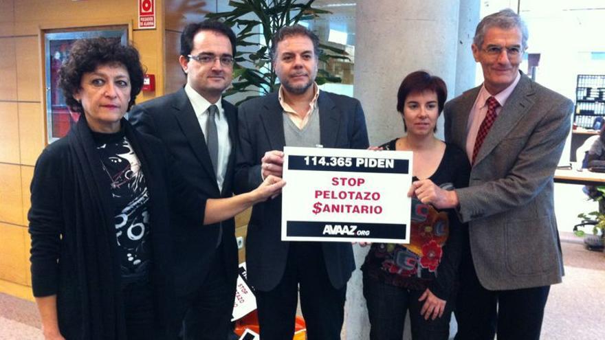 Representantes de la plataforma Avaaz han entregado en el registro de la Asamblea de Madrid 114.365 firma contrala privatización de la sanidad