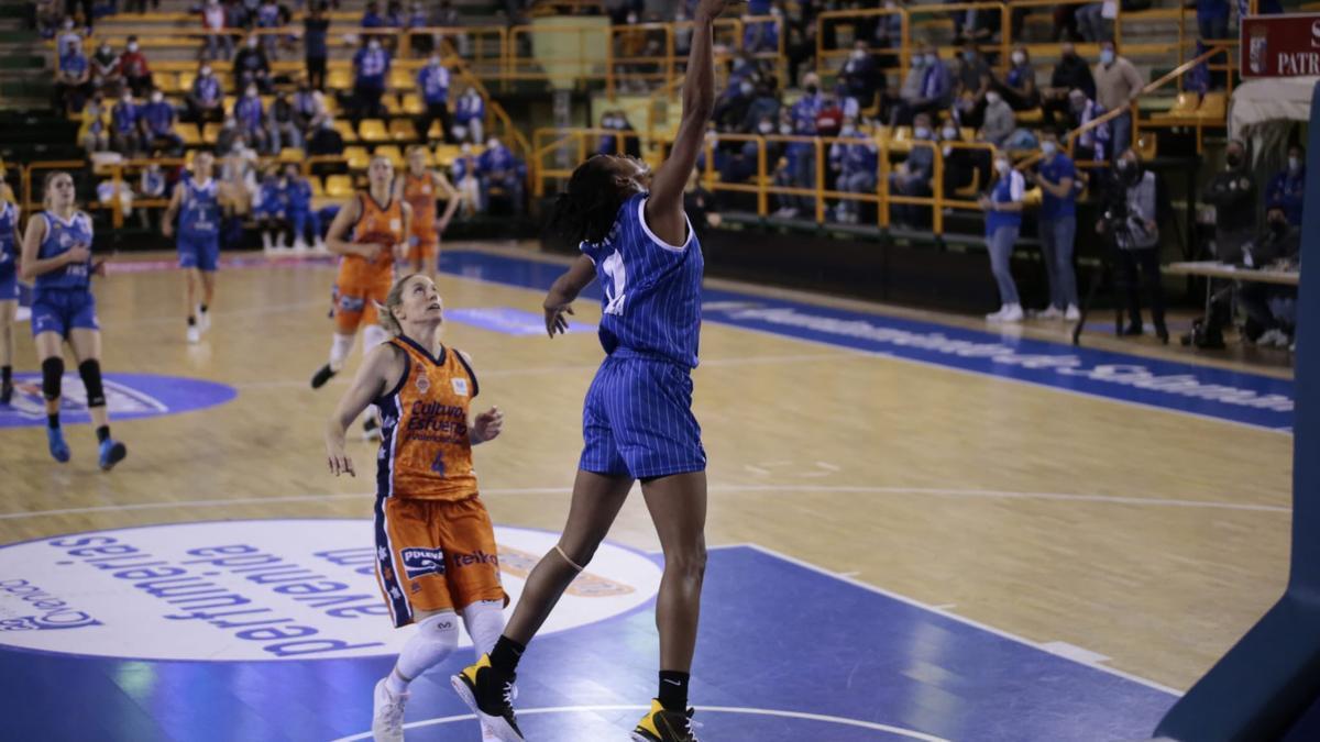 El primer partido de la final de la Liga Endesa, disputado entre el Perfumerías Avenida y el Valencia Basket.