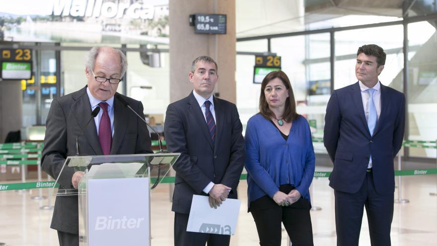 Pedro Agustín del Castillo, Fernando Clavijo, Francina Armengol y Guillermo Díaz Guerra, este jueves en el aeropuerto Tenerife Norte