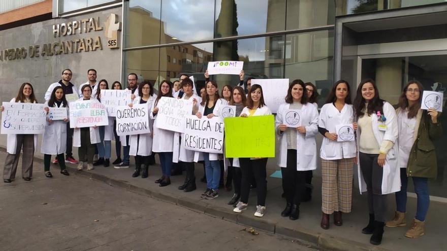 Los y las residentes de Cáceres concentrados en la puerta del Hospital San Pedro de Alcántara