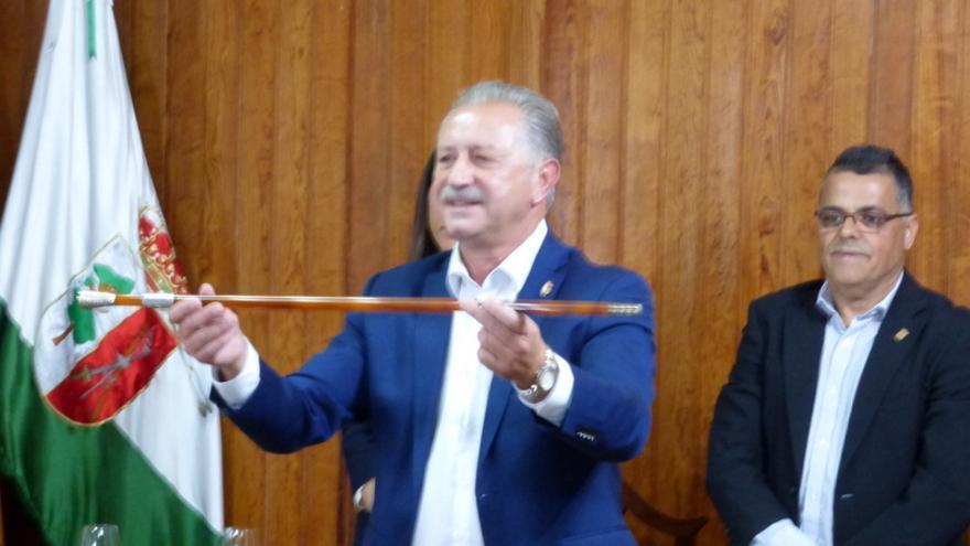 El nuevo alcalde de La Victoria, Haroldo Martín, muestra el bastón de mando tras prosperar la moción de censura.