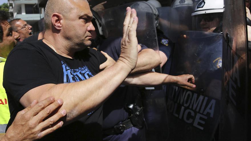Empleados de los puertos griegos se enfrentan a la policía durante una protesta en contra de la privatización de los puertos de El Pireo y de Salónica