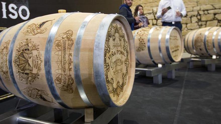 Seis tatuadores graban con fuego los orígenes del Rioja en barricas de roble