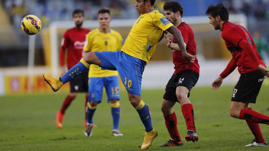 Sergio Araujo disputa un balón con la defensa del Mirandés. (CARLOS DÍAZ RECIO)
