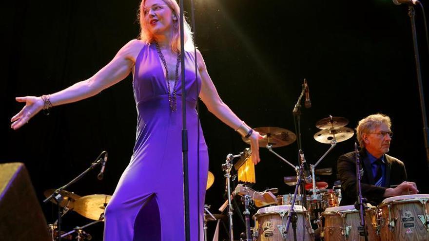 """El público madrileño dice """"sí"""" al optimismo de la banda Pink Martini"""