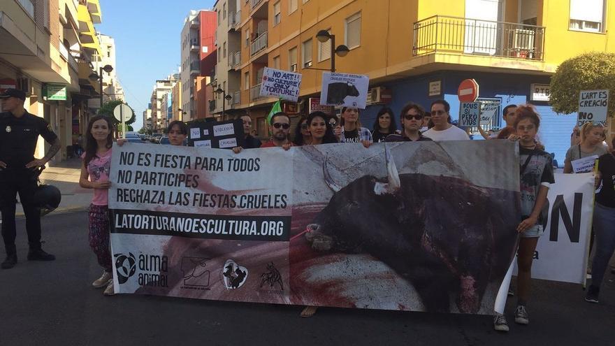 Imagen de algunos manifestantes a las puertas del recinto taurino