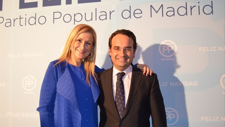 Daniel Ortiz en su etapa como diputado regional y presidente del PP de Móstoles junto a Cristina Cifuentes en la Copa de Navidad del PP de 2015.