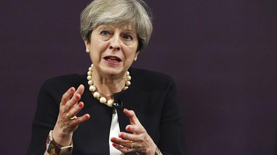 May busca colaborar con la oposición para recuperar su liderazgo