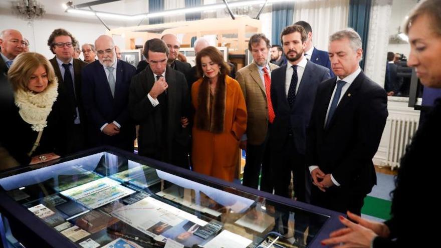 La presidenta de la Fundación Gregorio Ordóñez y viuda del expresidente del PP de Gipuzkoa, Ana Iríbar (d), el lehendakari, Iñigo Urkullu (2d), el expresidente del Gobierno José María Aznar (4i) y el líder del PP, Pablo Casado (3d).