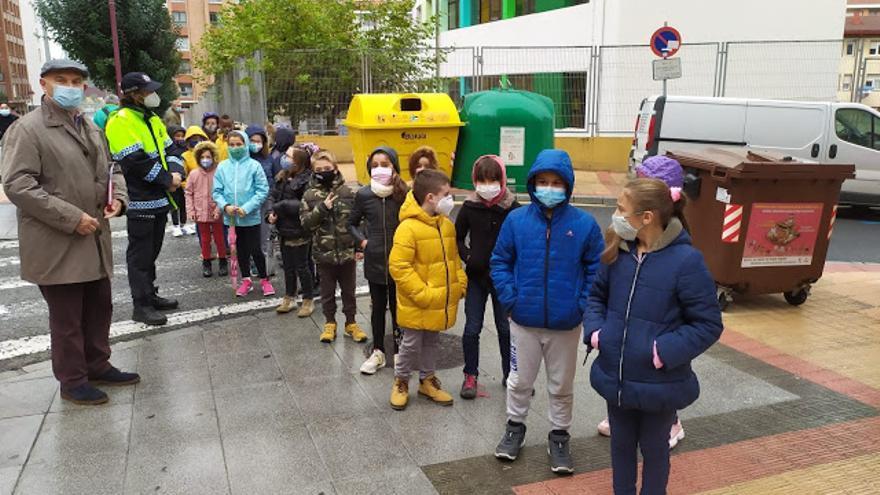 La Policía Local recorre las calles de Barakaldo con los escolares para impulsar la movilidad segura