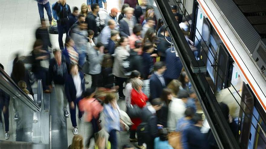 Un gran número de viajeros circulan a diario por los andenes del Metro de Madrid. Imagen de archivo.