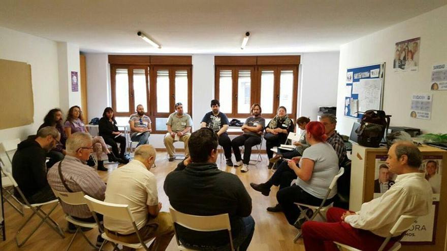 Miembros de Podemos Cantabria durante una reunión.