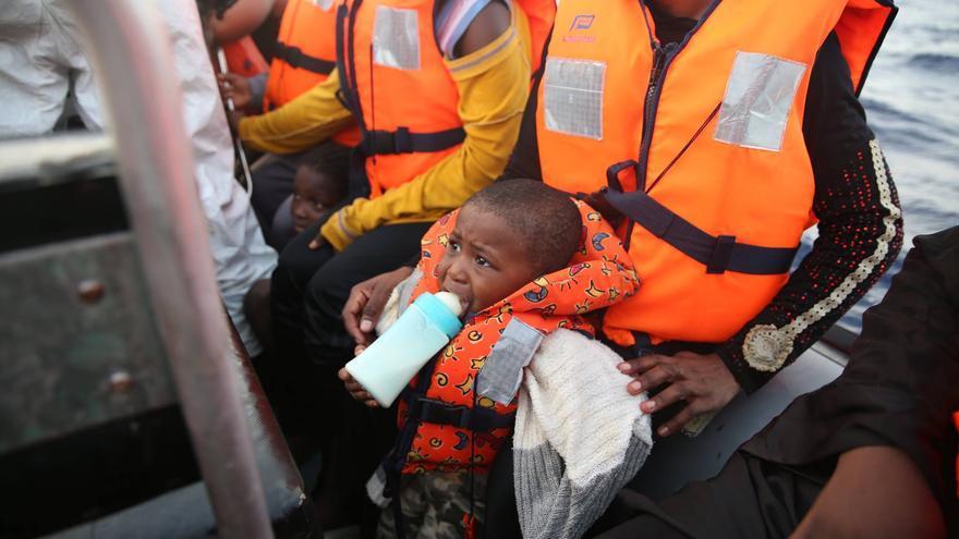 Un pequeño de 20 meses es rescatado por los equipos de MSF en el Dignity. Octubre de 2016 ha sido el mes en el que se han registrado más rescates en todo el año. 9 de cada 10 menores de edad llegados a Italia este año lo han hecho sin la compañía de un familiar. Mohammad Ghannam/MSF