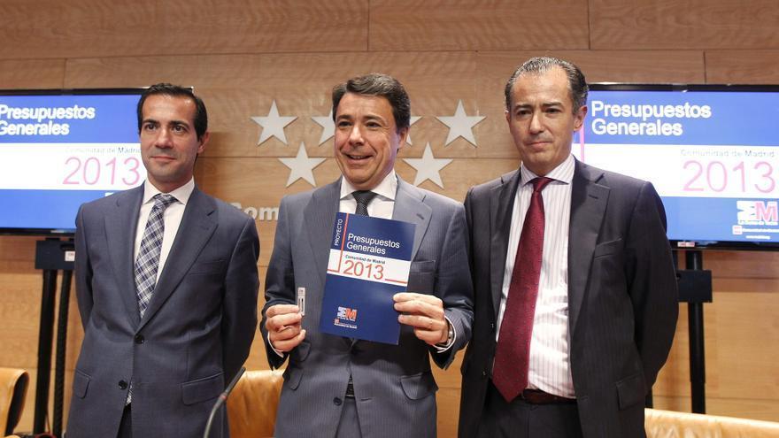 El presidente madrileño, Ignacio González, entre los consejeros de Presidencia, Salvador Victoria (izquierda) y Economía, Enrique Ossorio. / Efe