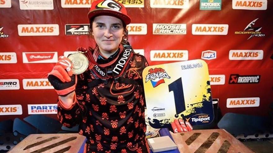 Sandra Gómez tras ganar el campeonato del mundo de SuperEnduro