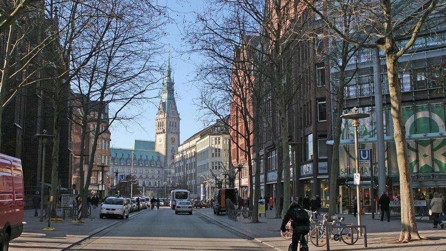 Una calle de Hamburgo, donde se ve al fondo el Ayuntamiento. / Ayto. de Hamburgo