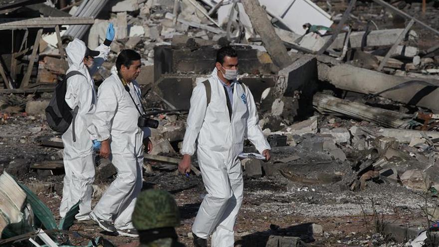 Aumentan a 35 los muertos por explosiones en mercado de pirotecnia mexicano