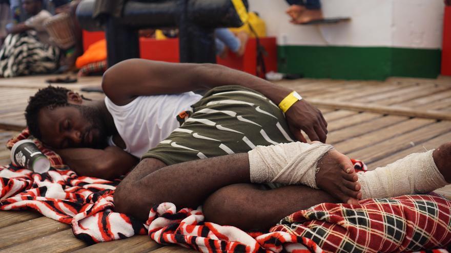 Issiada descansa en la cubierta del Open Arms. Sus pies resultaron heridos de bala en Libia.