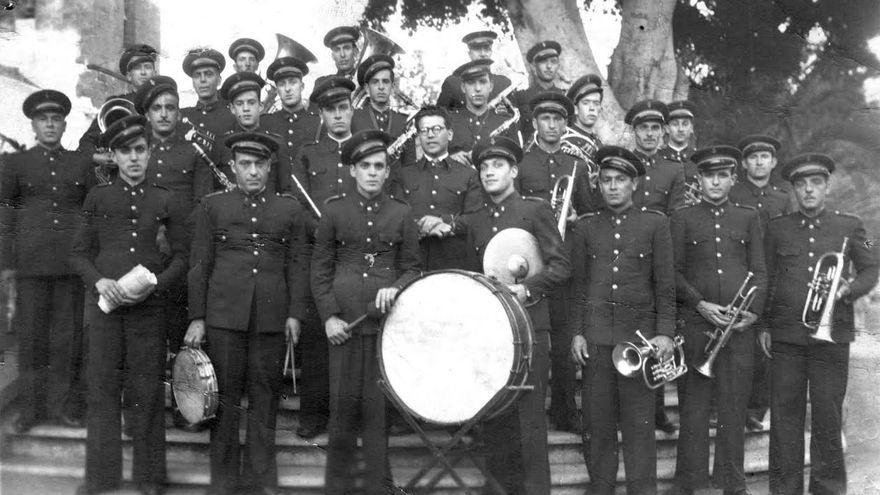 Foto antigua de la banda de música de Los Llanos de Aridane bajo la batuta de Ferrera.