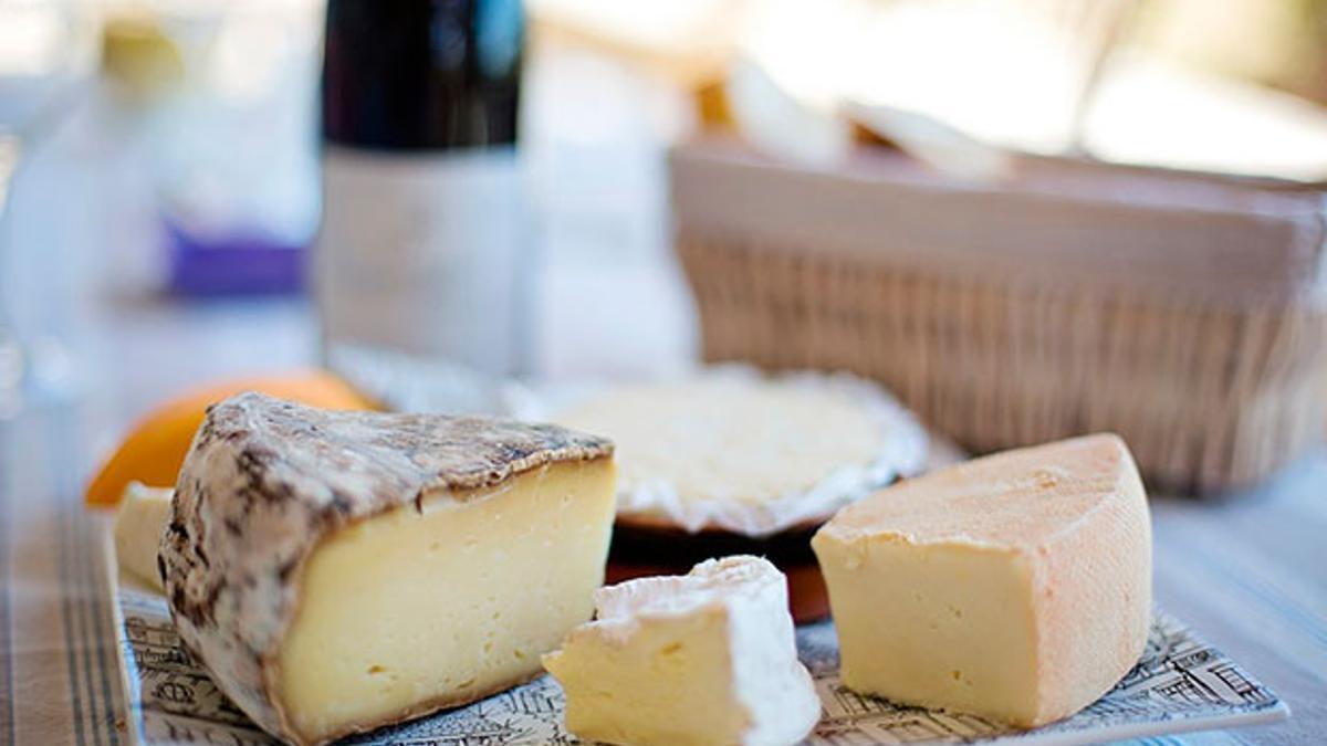Una bandeja con quesos.
