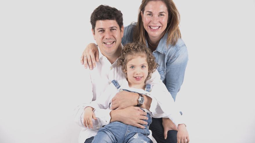 Mencía con sus padres. /  Fundación Mencía