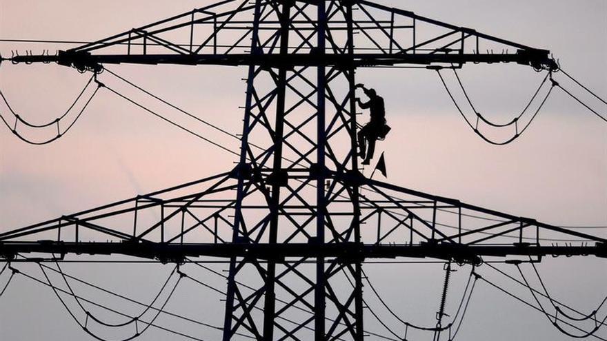 La CNMC propone penalizar con 52,5 millones a las eléctricas por pérdidas de red