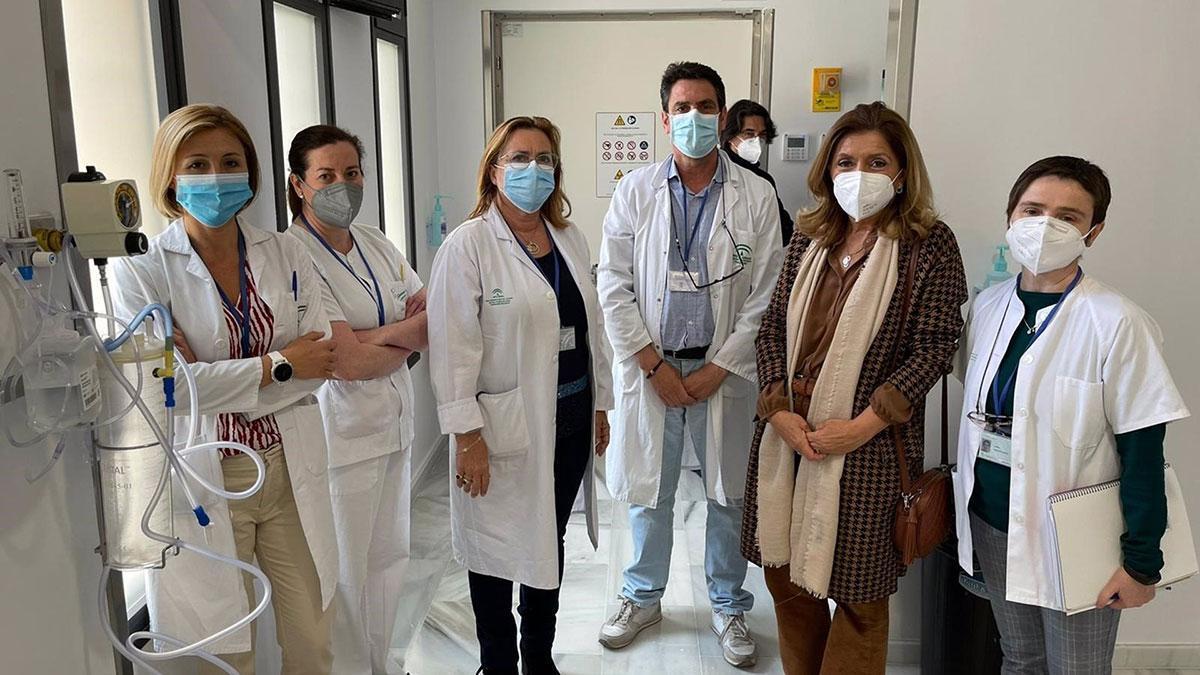 La delegada territorial de Salud y Familias, María Jesús Botella (segunda por la dcha.), en su visita al Hospital Valle de los Pedroches.