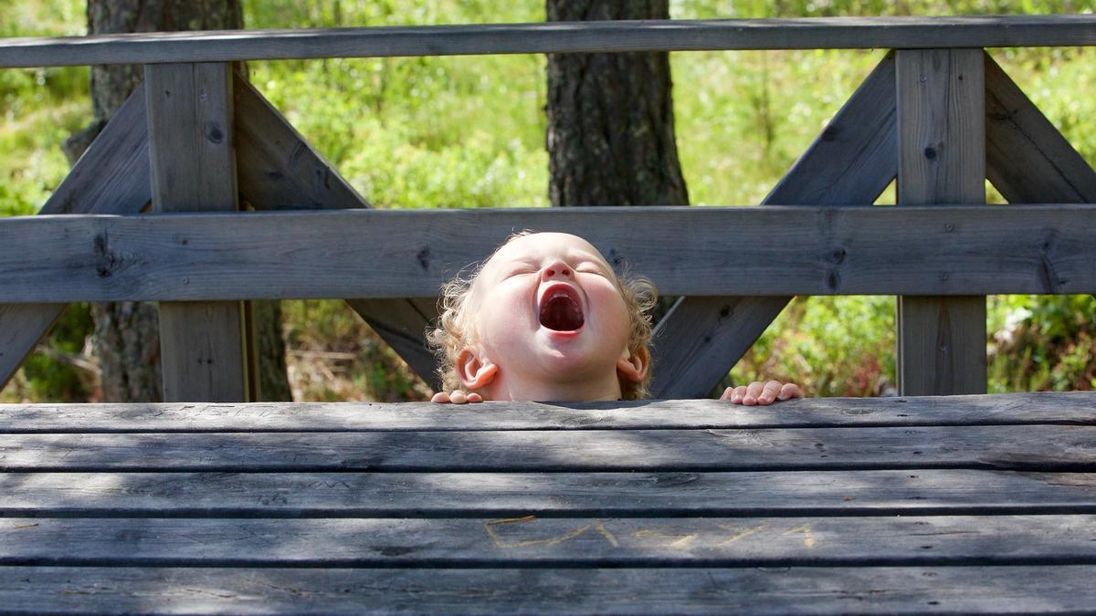 Una niña grita en un parque.