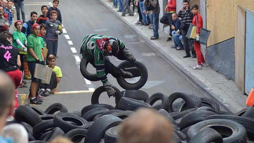 Participante aterriza sobre los neumáticos.  (Canarias Ahora)