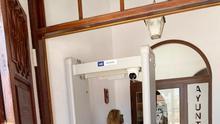 Una mujer pasa por el arco  de detección de temperatura corporal instalado a la entrada del Ayuntamiento de Fuencaliente.