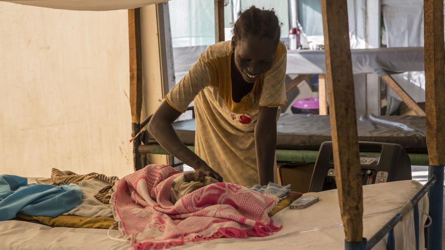 La pequeña Mary, de apenas tres meses, ha estado durmiendo durante dos meses en un somier de acero en el campo de refugiados de Malakal, Sudán del Sur. Ahora lucha por su vida en un hospital de Médicos Sin Fronteras (MSF). Con la llegada de la estación fría, aumentan los casos de neumonía y otras infecciones respiratorias. En el caso de las infecciones respiratorias graves, éstas se han multiplicado por tres en los últimos dos meses. Fotografía: Anna Surinyach