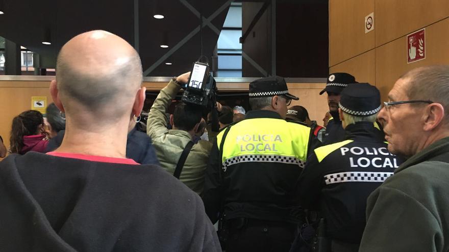 Momento en el que la Policía local notifica la resolución del juzgado.
