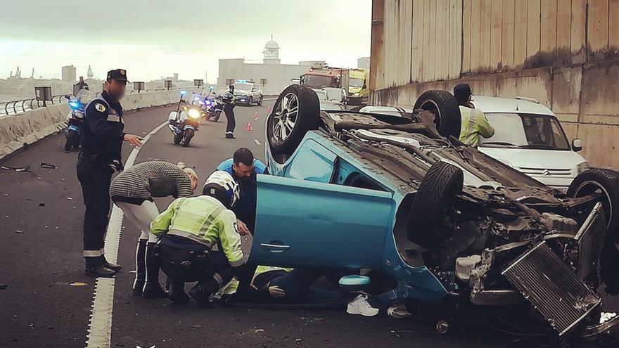 Vehículo volcado en la autovía del norte de Gran Canaria. (POLICÍA LOCAL LPA)