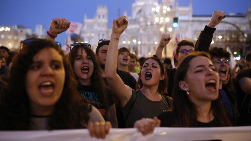 Estudiantes protestan en el 9M contra los recortes y la Lomce. / Olmo Calvo