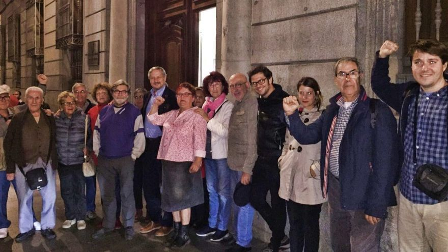 Concentración frente a la Junta de Centro de vecinos contrarios al traslado de Franco a La Almudena | IU MADRID
