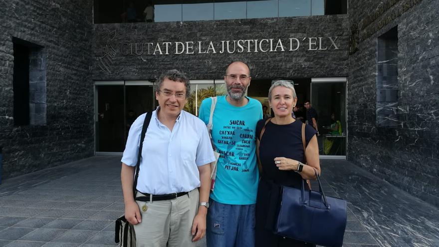 Jafet Pinedo entre Manuel Carceller y su abogada, Pilar Mas