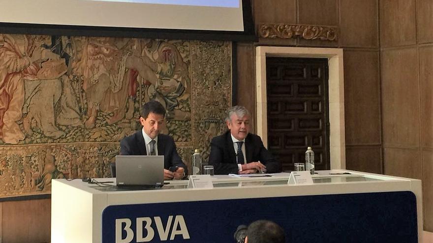 A la izquierda, Rafael Domènech, economista jefe de Análisis Macroeconómico de BBVA Research, y  Carlos Gorria, director Territorial Norte de BBVA .