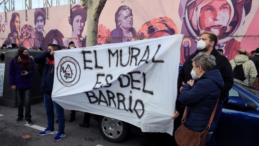 """Vista de la concentración, bajo el lema """"ElMuralSeQueda"""" y convocada por la Mesa de Igualdad del distrito de Ciudad Lineal / EFE / Fernando Alvarado"""