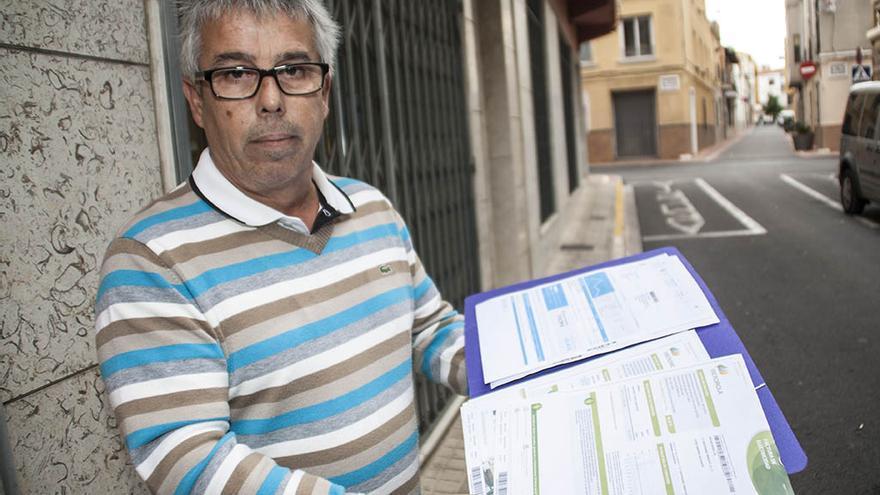 Carlos Fonrés muestra los papeles del desahucio en Ondara.