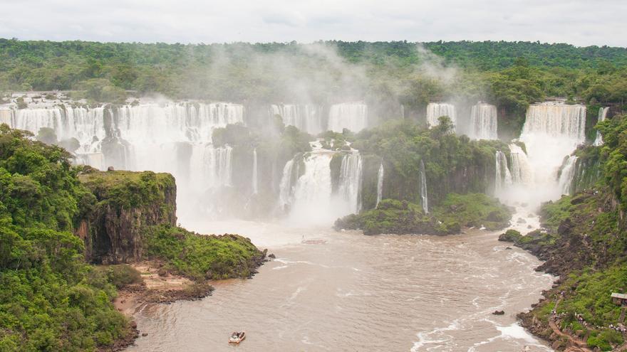 Las Cataratas de Iguazú se extienden durante 2.700 metros en medio de la selva.