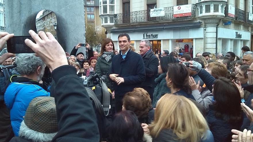 Sánchez urge a Rivera a pensar más en las ciudadanas y dice que Iglesias no tiene pinta de candidato a presidente