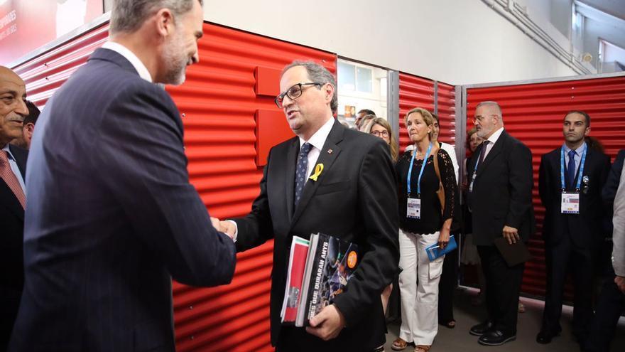 Torra saluda al rey antes de la ceremonia inaugural de los Juegos del Mediterráneo
