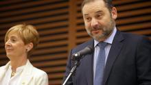 Ábalos dice que solo saludó a la vicepresidenta venezolana y le recordó que no puede entrar en España