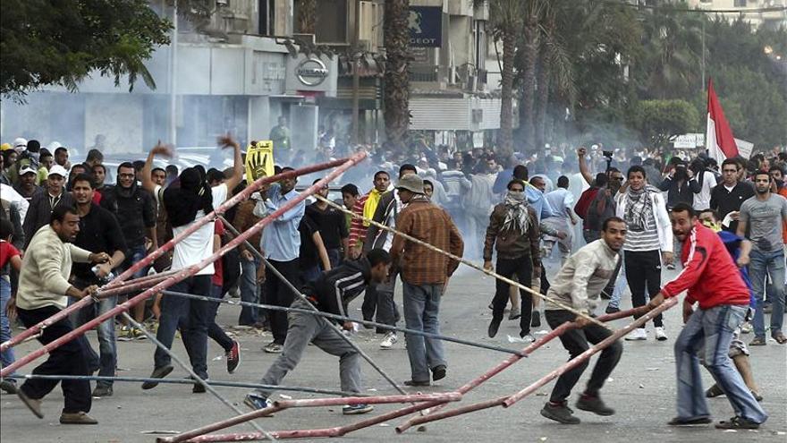 Un muerto y diez heridos durante las protestas de los islamistas egipcios