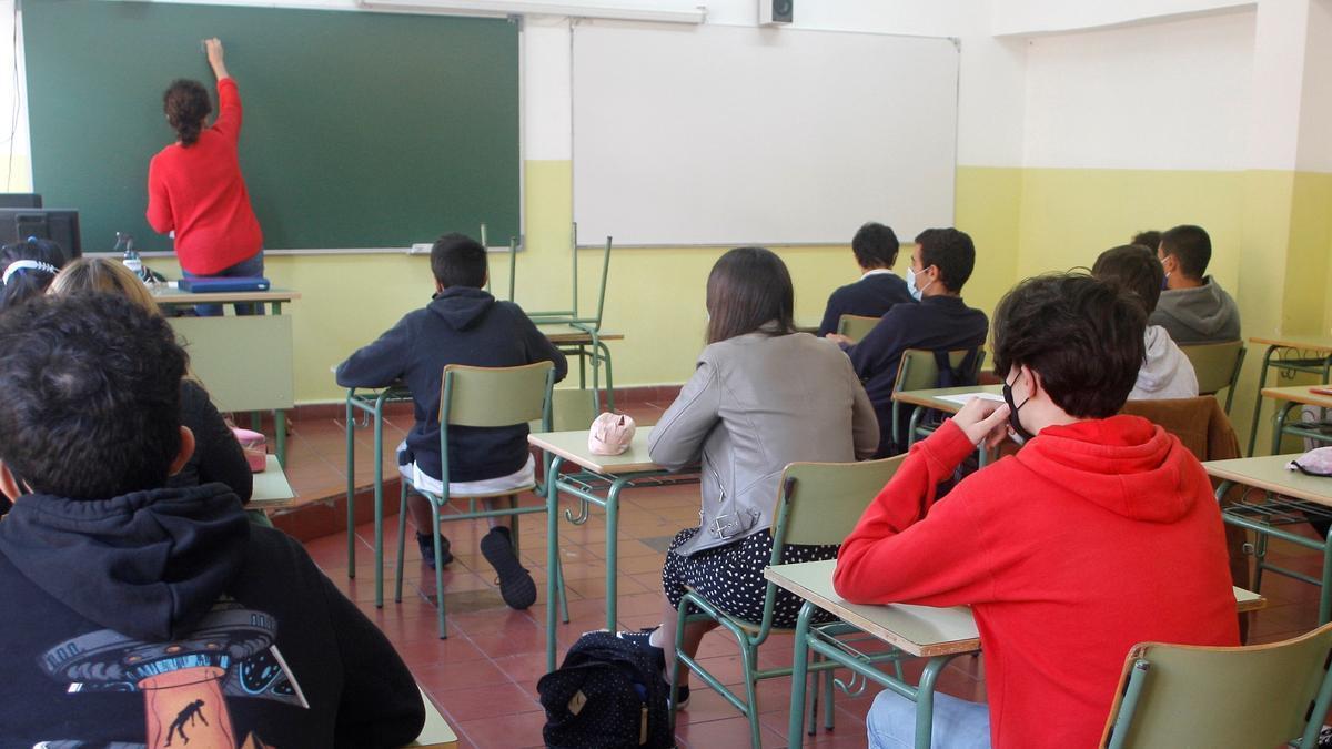 Alumnos de Bachillerato del Instituto de Educación Secundaria Jovellanos, en Gijón, asisten a clase en el inicio del curso en Asturias. EFE/ Juan González/Archivo