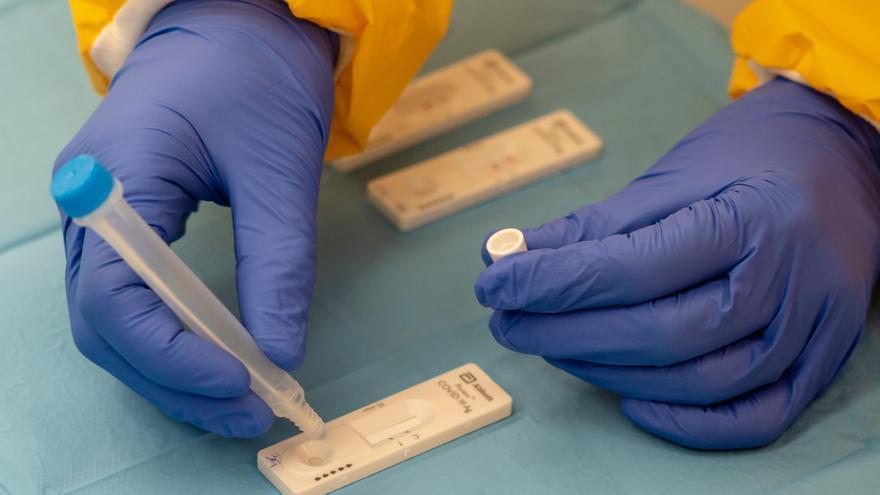 Un sanitario realiza pruebas para la detección del coronavirus.